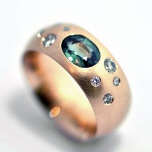 Ring mit Brillanten und grünem Safir