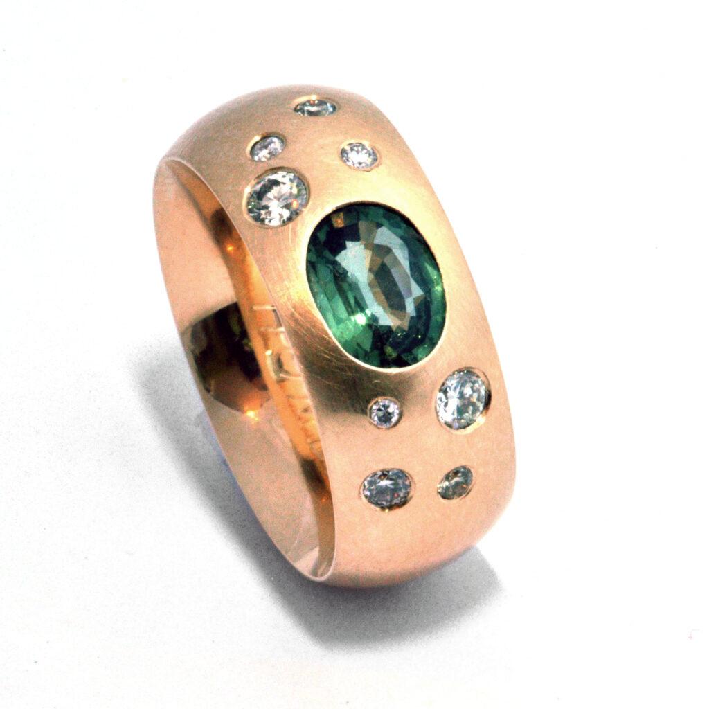 Neu oder upcycling? Ring mit Brillanten und grünem Safir