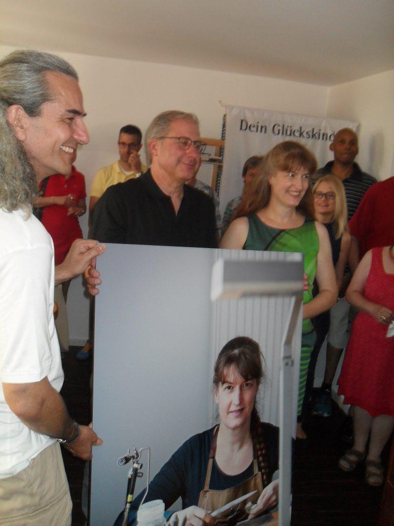 Joachim Kolbe übergibt das Porträt