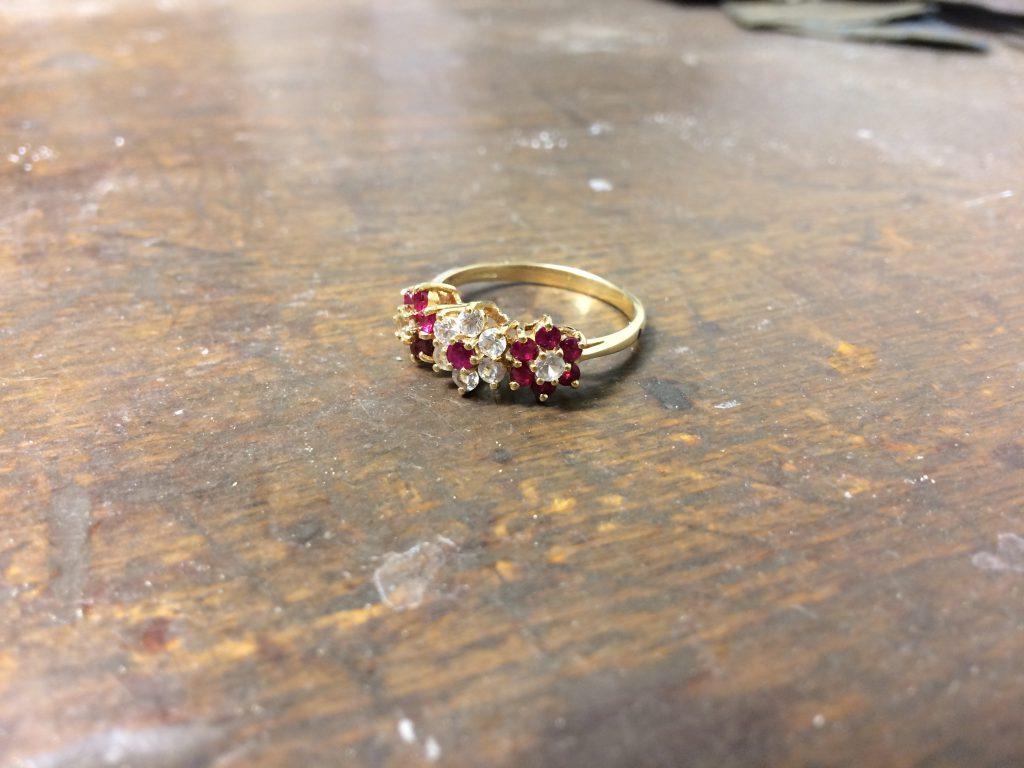 Ring mit roten und weissen Steinen