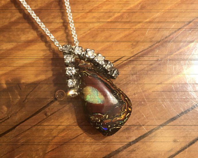 Opal-Anhänger mit Brillanten