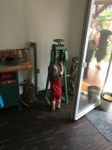 Ein Baby erkundet die Walze