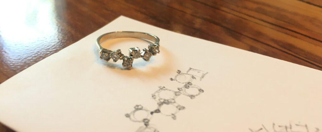 Der fertige Ring mit der Skizze