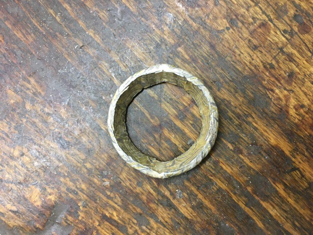 Der Ring wird zur Schale geschmiedet