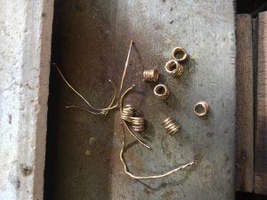 Drähte werden zu Spiralen gewickelt