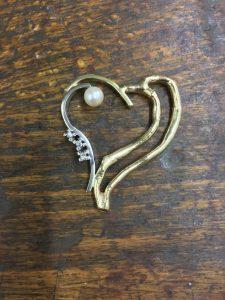Herz aus Altgold mit Brillanten und Perle