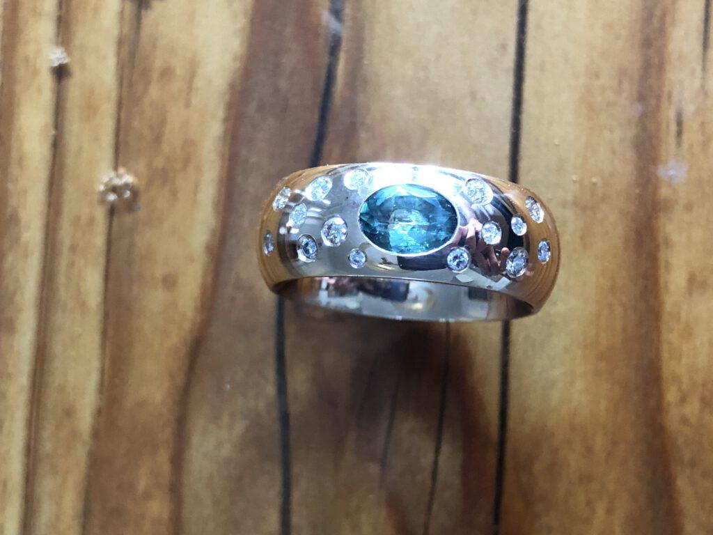 Ring mit Brillanten und grünem Turmalin