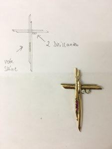 Kreuz aus Altgold mit Diamant und Rubinen