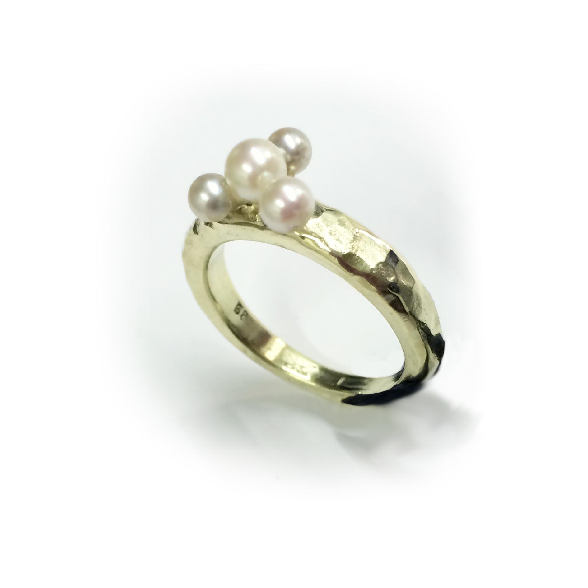 Der fertige Ring mit Perlen